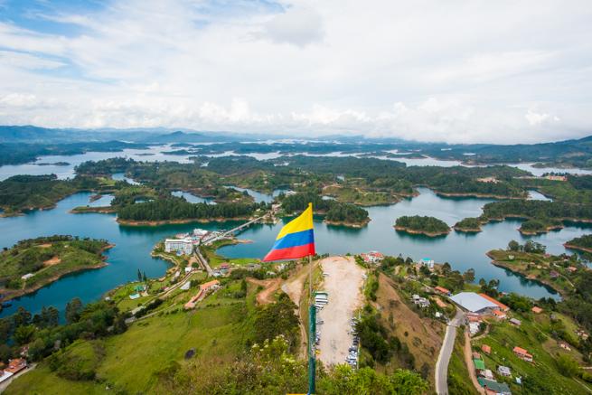 コロンビアの巨石ラピエドラデルペニョールからの景色と国旗