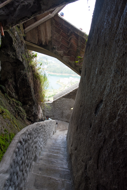 コロンビアの巨石ラピエドラデルペニョールの階段を降りる