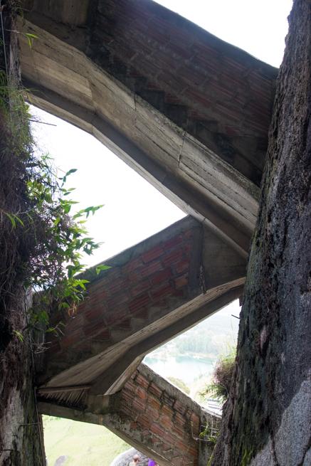 コロンビアの巨石ラピエドラデルペニョールのギザギザ階段