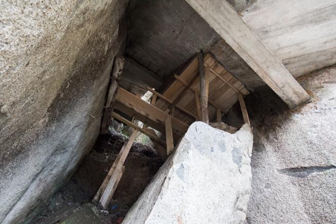 コロンビアの巨石ラピエドラデルペニョールの階段の裏側