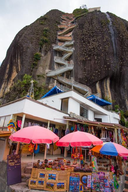 コロンビアの巨石ラピエドラデルペニョールの登り口
