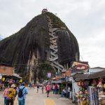 メデジンの巨大な岩ラ・ピエドラ・デル・ペニョールへバスで行く方法とカラフルな町グアタペ