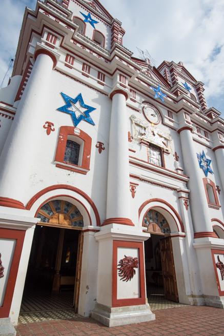 グアタペのカラフルな教会
