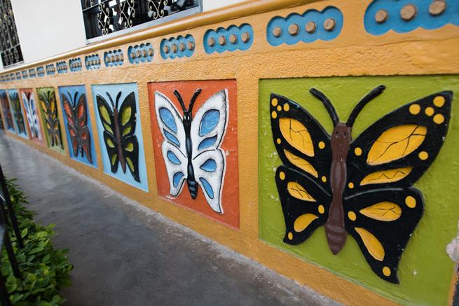 コロンビアのグアタペの綺麗な壁画