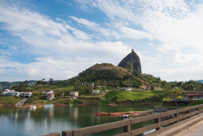 コロンビアの巨石ラピエドラデルペニョールを遠くから