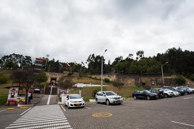 コロンビア・シパキラの塩の教会の駐車場