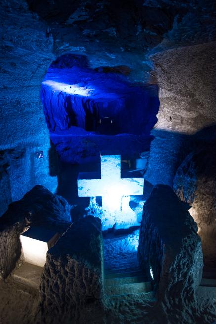 コロンビア・シパキラの塩の教会の十字架と穴