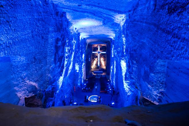 コロンビア・シパキラの塩の教会の巨大十字架
