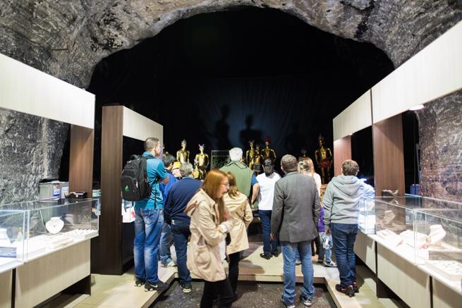 お土産を見る観光客