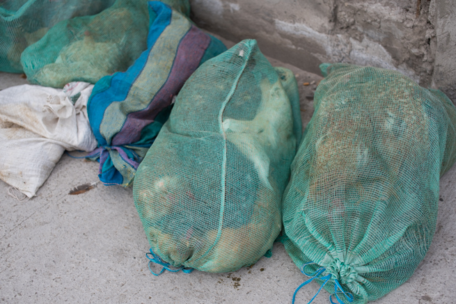 エクアドルのオタバロの家畜市場で袋に入った鶏