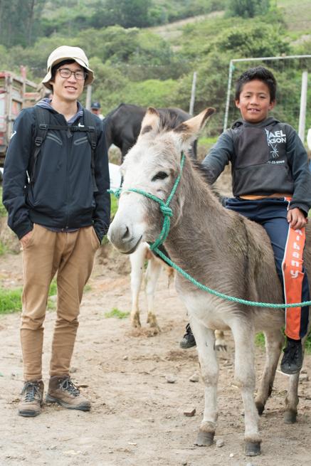 エクアドルのオタバロの動物市でロバと子供と記念撮影