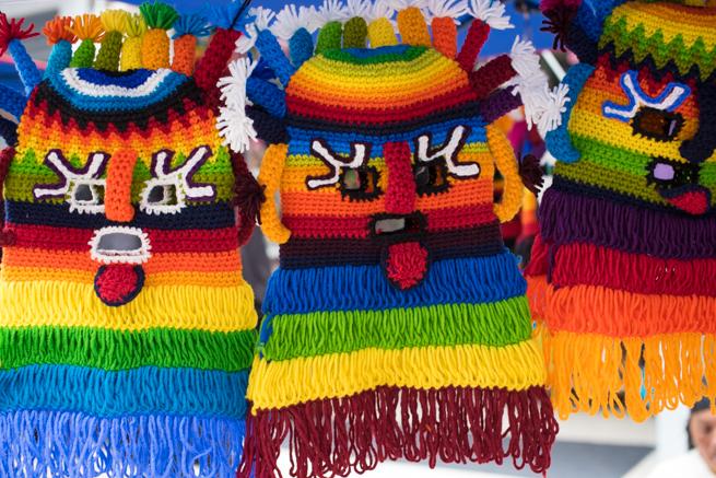 エクアドルのオタバロの民芸品市場のカラフルなマスク