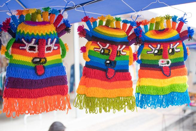 エクアドルのオタバロの民芸品市場のカラフルなマスクはバリエーション豊富