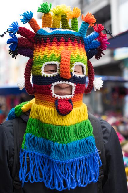 エクアドルのオタバロの民芸品市場でマスクをかぶる