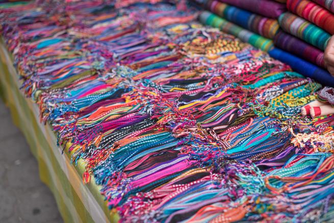 エクアドルのオタバロの民芸品市のミサンガ