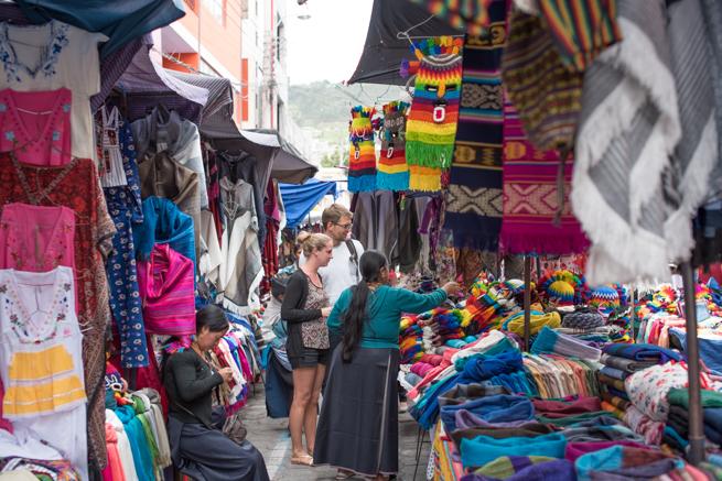 エクアドルのオタバロの民芸品市のお店