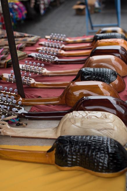 エクアドルのオタバロの民芸品市の楽器