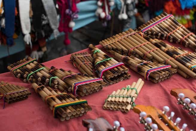 エクアドルのオタバロの民芸品市の笛