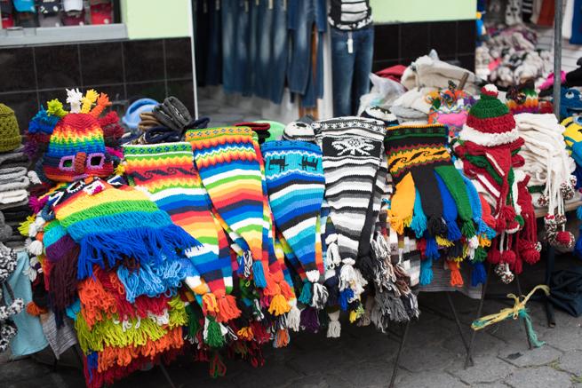 エクアドルのオタバロの民芸品市の帽子