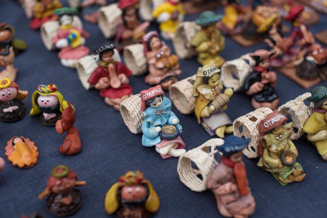 エクアドルのオタバロの民芸品市の人形