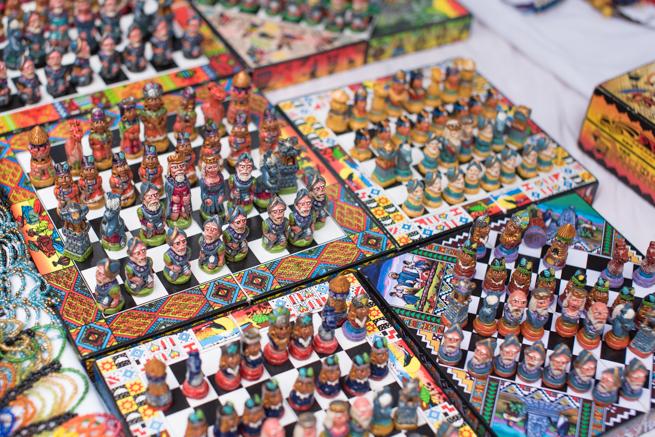 エクアドルのオタバロの民芸品市の綺麗なチェス盤
