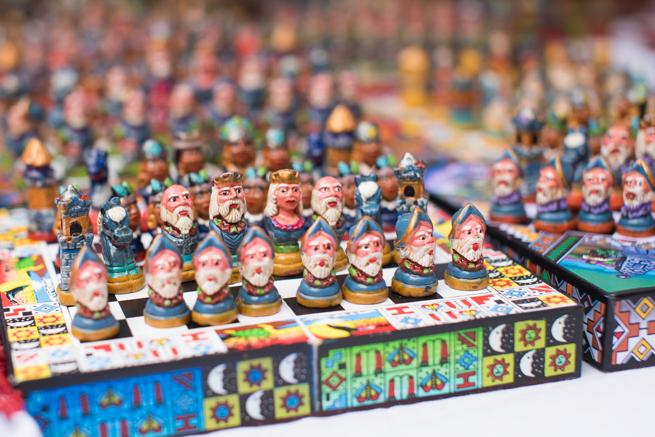 エクアドルのオタバロの民芸品市のインディアンチェス