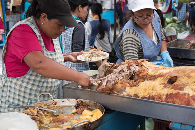 エクアドルのオタバロの民芸品市の屋台