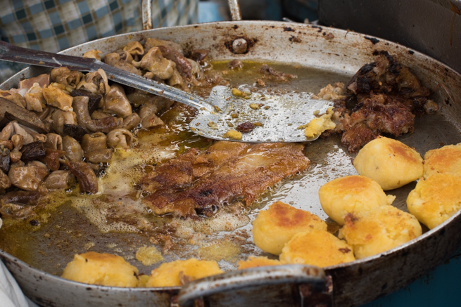 エクアドルのオタバロの民芸品市のモツ焼き