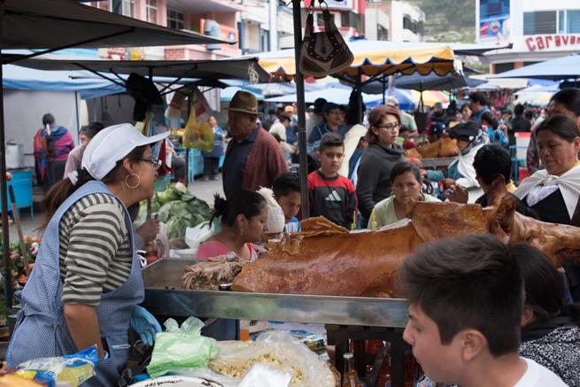 エクアドルのオタバロの民芸品市の食事処