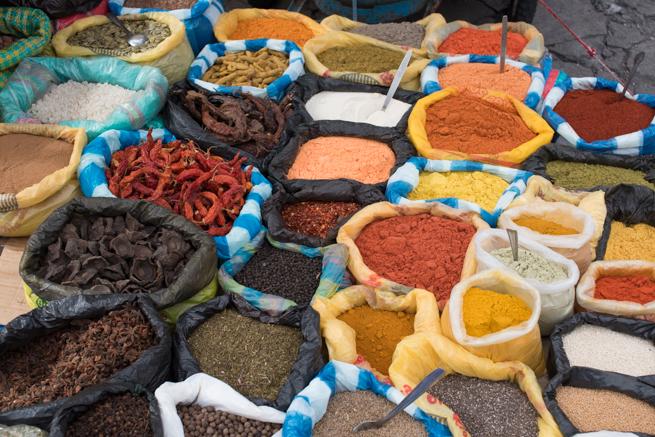 エクアドルのオタバロの民芸品市の唐辛子パウダー
