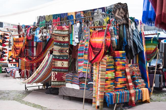 エクアドルのオタバロのカラフルな民芸品市