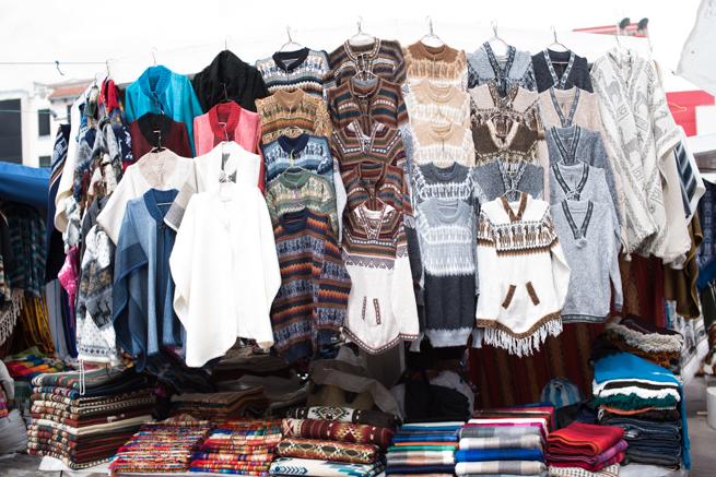 エクアドルのオタバロの民芸品市のセーター