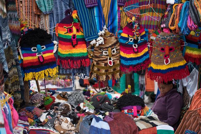 エクアドルのオタバロの民芸品市のカラフルマスク