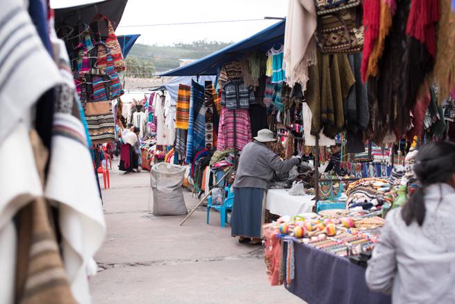 エクアドルのオタバロの民芸品市の通路