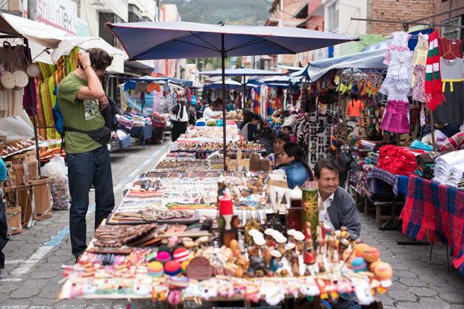 エクアドルのオタバロの民芸品市の観光客