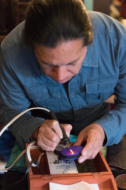 エクアドルのオタバロの民芸品市の皮製品屋
