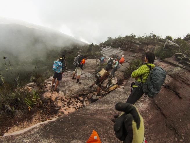 アウヤンテプイの頂上をトレッキング