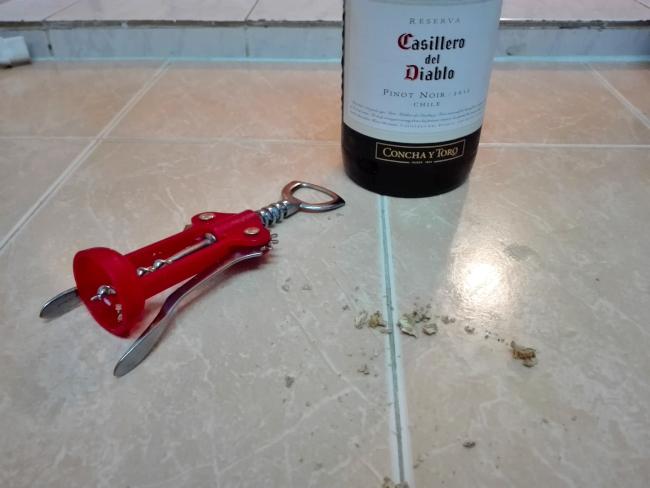 コルク抜きとワインの瓶
