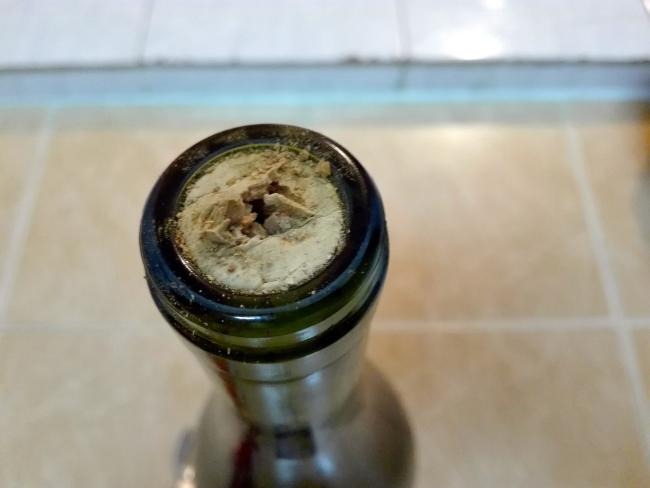 コルクの栓がボロボロになったワイン