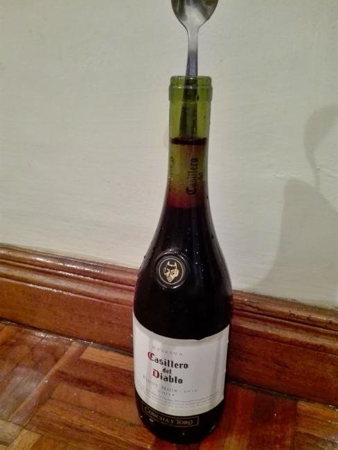 ワインのコルクを瓶の中に押し込む