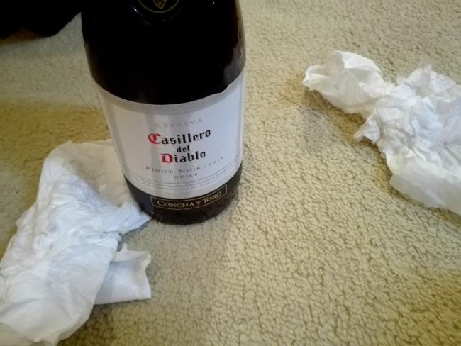 ワインのコルクを押し込むときは逆流に注意