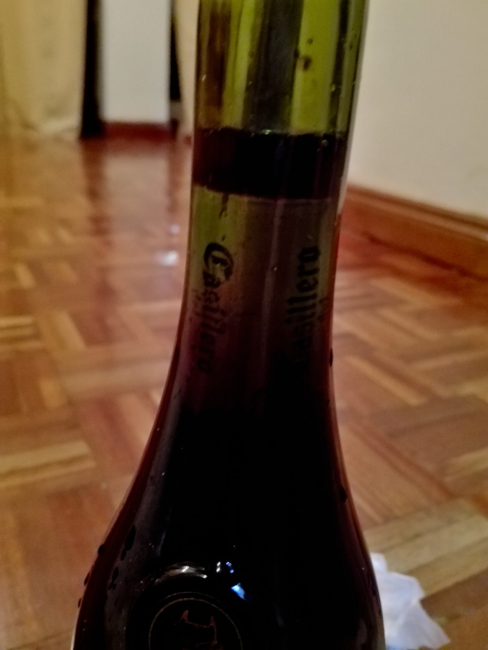 赤ワインの中にコルクを入れる