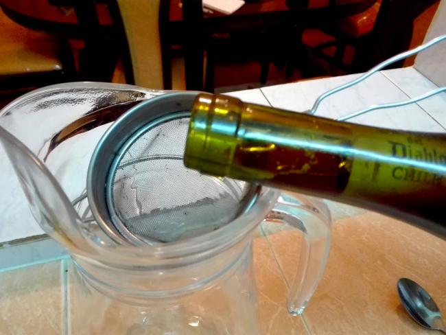 ワインを濾しながら注ぐ