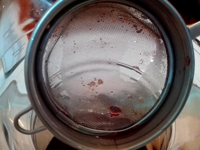コルクのごみは濾し器にたまる