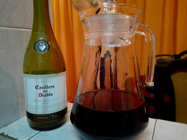 水差しに移し替えられた赤ワイン
