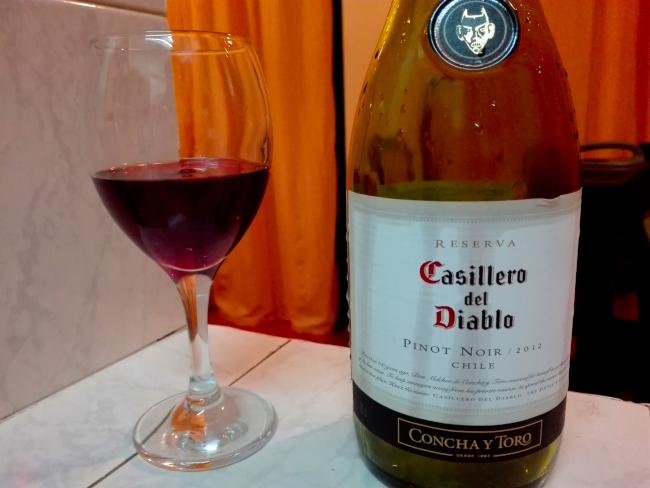 赤ワインをグラスに注ぐ
