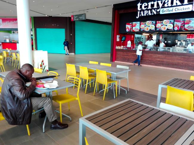 うどんを食べるケニア人