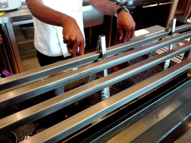 ケニアの照り焼きチキンうどんを作る鉄板