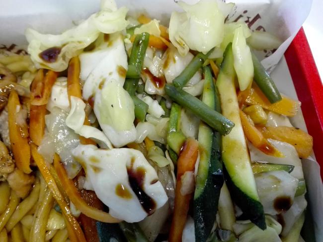 ケニアの照り焼きチキンうどんの野菜