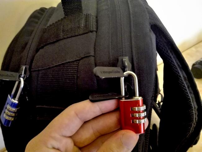 Amazonのカメラバッグに小型南京錠を付ける